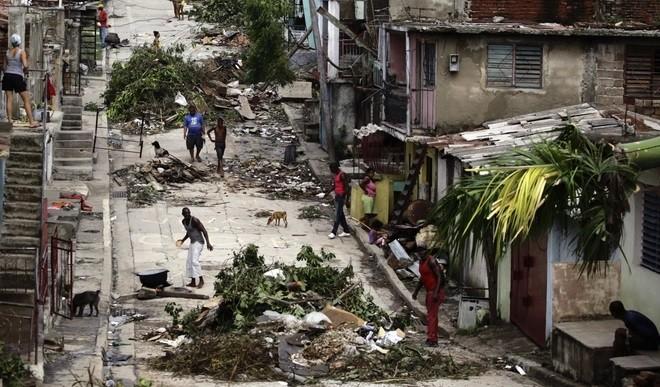 Medanoke.com - Kerusakan di jalan Kuba setelah Badai Sandy (Ist)