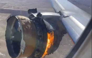 Medanoke-Mesin pesawat United Airlines terbakar