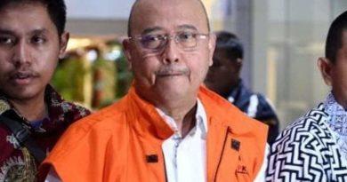 Walikota Medan menggunakan Jaket Orange
