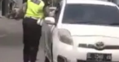 medanoke.com - polisi ludahi pengendara mobil