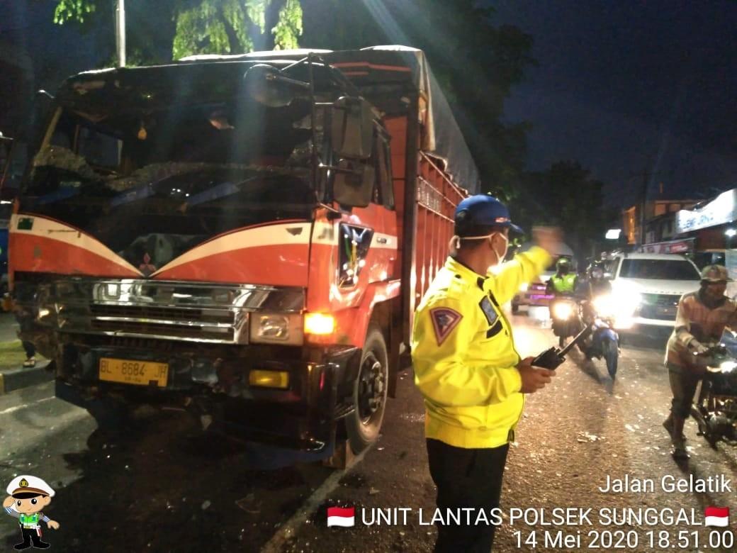 Rem Blong Truck Fuso Hajar Tiga Mobil Beruntun