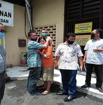 medanoke.com - Maya Dipa memeluk sang istri