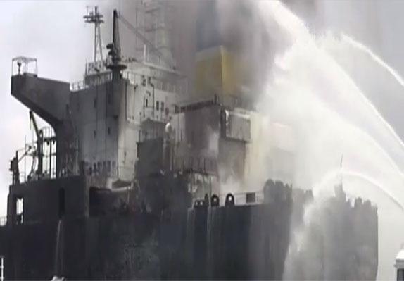 medanoke.com - Pemadam Kebakaran Mencoba Memadamkan Api Kapal Tanker
