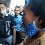 Medanoke.com - Sabatriah sambil menangis mengembalikan amplop duka yang diberikan oleh Kanit III Sat Narkoba Medan