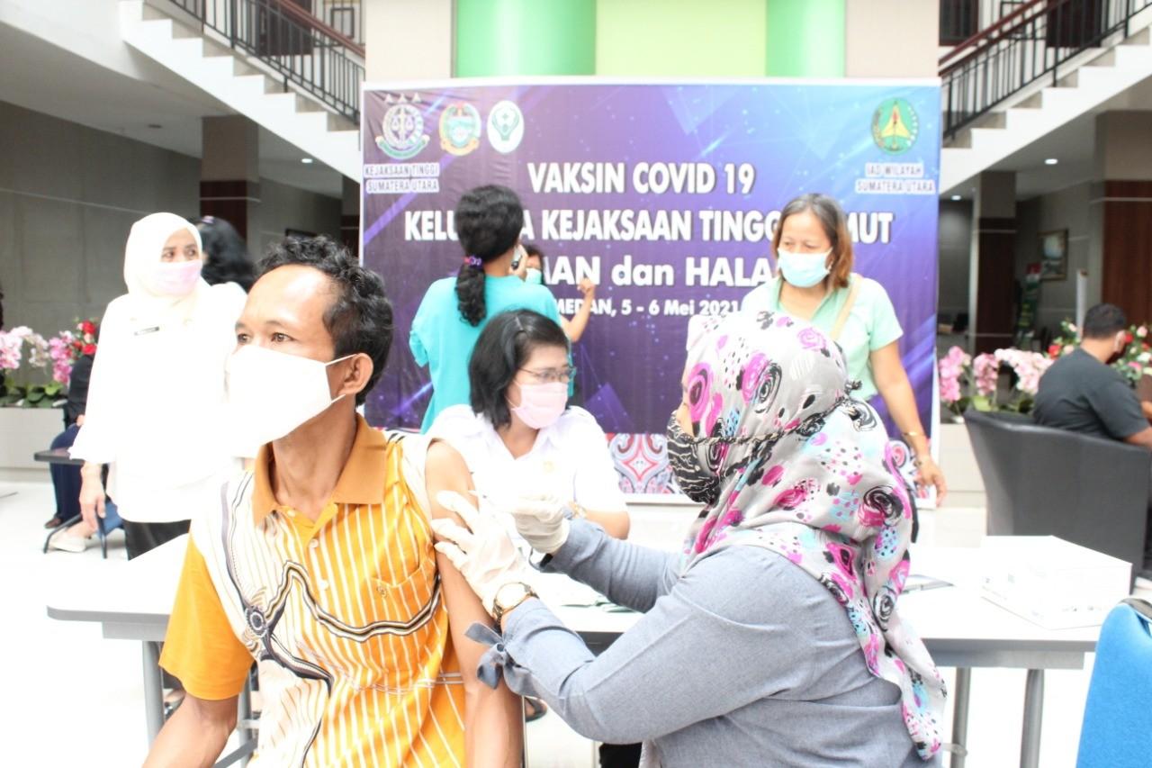 Medanoke.com - IBN Wiswantanu Fasilitasi 300 Vaksin Covid-19 Untuk Keluarga Kejati Sumut